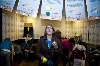 Lisa Gregis juggling